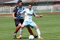 Fotbalisté FC Veselí nad Moravou (ve světlých dresech) se v první A třídě dotáhli na Dubňany. Okresního rivala doma zdolali 3:2.