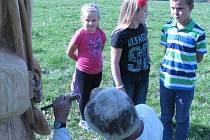 Po vzoru starých sáharů, jak se říkalo dřevorubcům, vyšli Novolhoťané na Kubíkův vrch, kde uťali strom, opekli špek a popili bylinný čaj. Večer na kulturním domě předvedli tance členové slovenského folklorního souboru Brezovan.