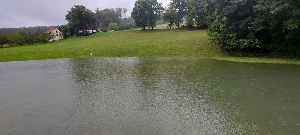 Pod sjezdovkou, která v létě slouží jako golfové hřiště, na Filipově za Javornikem se tvoří velké jezero.