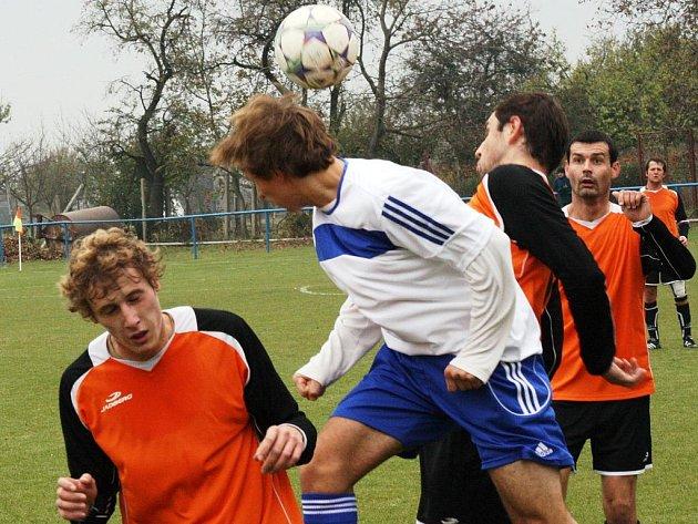 Souboj domácí Blatnice (v bílém) s rozjetými Žarošicemi přinesl vyrovnanou bitvu. Zápas nakonec rozhodla proměněná penalta. Blatnice vyhrála 1:0.