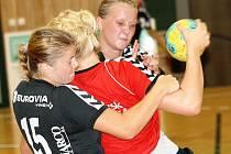 Házenkářky Zlína (v tmavě modrém) v úvodních zápasech Slováckého poháru dvajrát prohrály. Ve středu nestačil interligový tým na Ladu Togliatti, ve čtvrtek prohrál rozdílem několika tříd s dánským Holstebro.