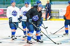 Hodonínští hokejisté se od pondělí připravují na ledě. Trenéři Stanislav Beťko s Janem Prčíkem rozdělili hráče na polovinu.