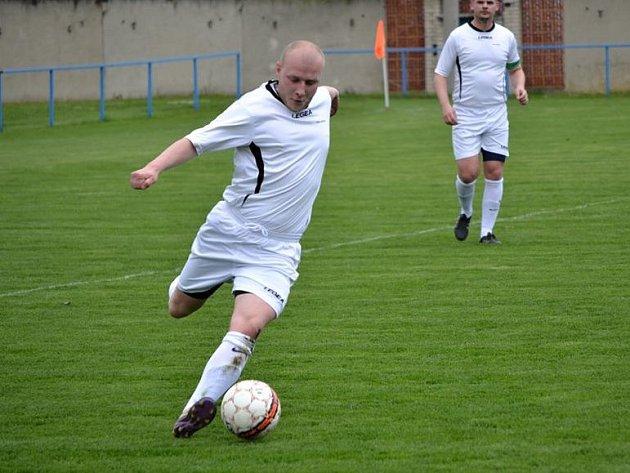 Fotbalisté Kněždubu (v bílých dresech) si doma poradili s Hovorany, které ve 21. kole I.B třídy skupiny C zdolali 2:1.