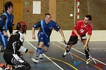 Ratíškovičtí florbalisté (v červených dresech) získali na turnaji v Adamově bod za remízu 2:2 se Zastávkou.