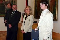 Student hodonínského gymnázia Petr Koluch při ocenění na hodonínské radnici.