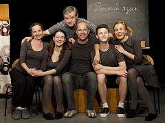 obert Bellan (sedící uprostřed) s herci Slováckého divadla.