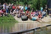 Zhruba patnáct set lidí navštívilo v neděli odpoledne Černohorskou lávku, která už druhým rokem baví diváky v Kostelci.