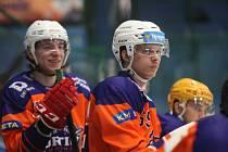 Hodonínští hokejisté (oranžové dresy) mají velkou marodku, sezonu začnou později.