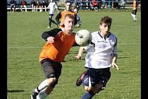V Žarošicích se potkali i dva bývalí hráči hodonínského střediska mládeže. Domácí Vojtěch Zmrzlík (vlevo) bojuje o míč s vacenovickým Martinem Miléřem.