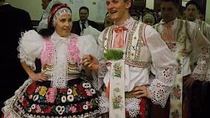 Široké sukně na tanečním parketu. Plesovou sezonu odstartovala krojová zábava