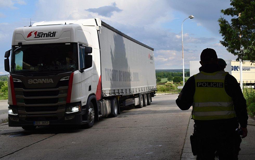 Přechod z Mikulova do rakouského Drasenhofenu podle policistů v úterý překročilo zhruba stejné množství lidí jako v předchozích dnech. Některé řidiče vraceli zpět rakouští policisté. Důvodem byl většinou chybějící test na Covid-19.