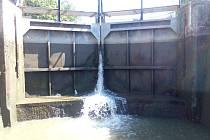 Plavební komora Baťova kanálu.