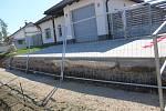 Výstavba nové podoby uličního prostoru za školou ve Tvarožné Lhotě. Někteří místní se obávají toho, že se nenapojí na novou silnici.
