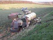 Ze srázu Strážovického kopce sjel v pondělí v podvečer traktor i s cisternou.