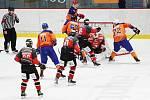 V prvních čtyřech zápasech druholigové soutěže prohráli hodonínští hokejisté (v oranžových dresech) pouze na ledě favorizovaného Znojma.