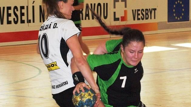 Veselská spojka Dagmar Lukšíková brání hodonínskou pivotku Kateřinu Kolískovou (vpravo).