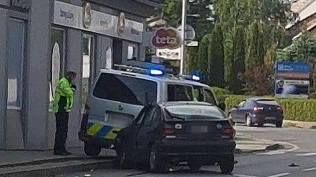 Dopravní nehoda v Dubňanech, kde se srazila policejní hlídka s řidičkou renaultu.