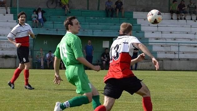 Fotbalisté Mikulčic (v zelených dresech) porazili ve 23. kole okresního přeboru Dolní Bojanovice 1:0. Jediný gól dal střídající Patrik Jánoš.