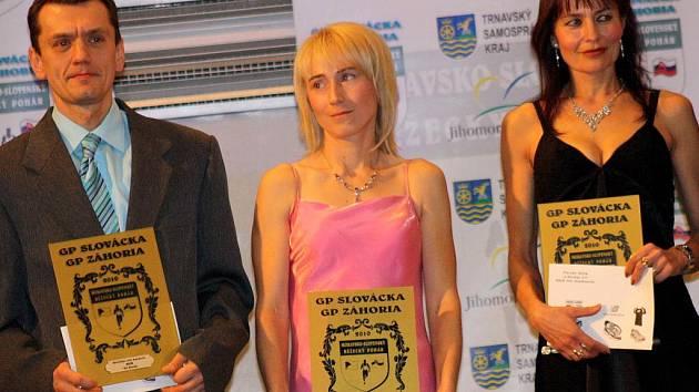 Tři ze sedmi absolutních vítězů Moravsko – slovenského běžeckého poháru 2010. Jiří Brožík (vlevo), Jana Kadlecová (uprostřed) a Marta Durnová (vpravo).