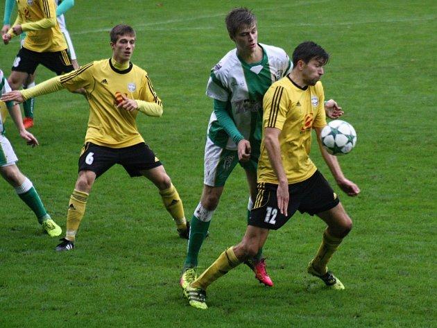 Bzenečtí fotbalisté (v zelenobílých dresech) uhájili domácí neporazitelnost, když v 8. kole divize D zdolali Rosice 2:1.
