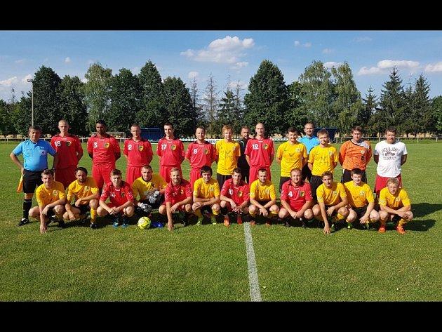 Fotbalisté Mutěnic (ve žlutých dresech) se v sobotu představili na hřišti Cerové, kde i bez deseti hráčů zvítězoli jasně 3:0.