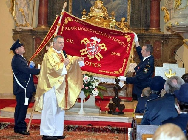 Součástí dvoudenní oslavy byla i mše svatá. Při ní hasičům kněz požehnal i nový prapor.
