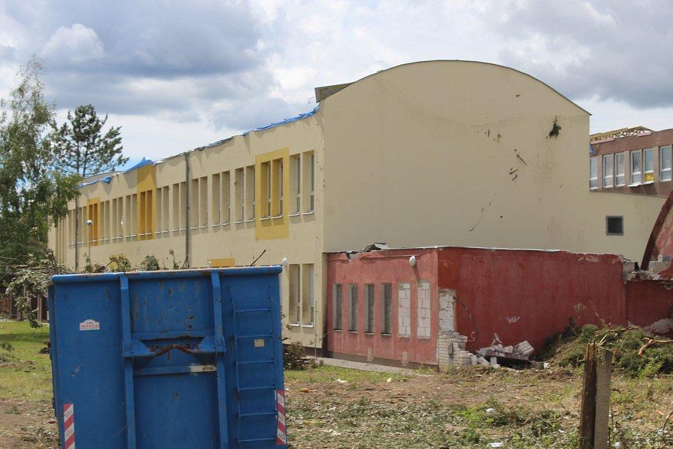 Následky tornáda a odklízení týden po té v Základní škole U Červených domků v Hodoníně.