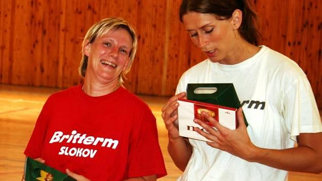 Házenkářky Veselí Gabriela Zvoničová (vlevo) a Lucie Dorotíková po zápase s fanoušky.