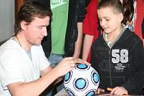Vladimír Šmicer podepisuje chlapci z Ratíškovic míč.