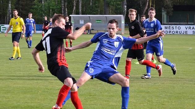 Fotbalisté Vracova (v modrých dresech) se s okresním přeborem rozloučili porážkou s Dolními Bojanovicemi 2:8.