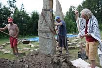 Usazování menhiru v meditačním areálu Kamenná brána u Dubňan.
