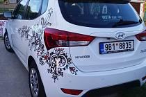 Nadaná malířka ze Bzence Lenka Jurečková se rozhodla svým pojetím folklorních motivů vylepšit lak osobního auta. A to vůbec poprvé.