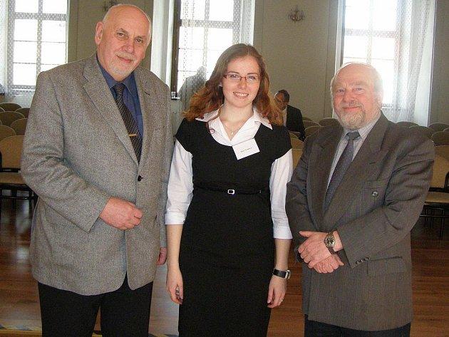 Oceněná studentka Klára Čermáková s předsedou Ústavního soudu ČR Pavlem Rychetským (vlevo), který soutěž zaštiťoval, a vedoucím práce Janem Kuxem.