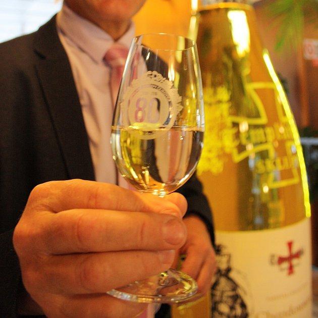 Předseda představenstva Templářských sklepů Čejkovice Pavel Pastorek snejvětší láhví na víno vČeské republice.