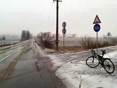 Cyklista Ondřej Krist vyfotografoval stopy po automobilu na nové cyklostezce Mutěnka.