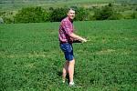Vědci z Mendelovy univerzity v Brně testují nový dron pro vinaře. V budoucnu by jim měl pomoci odhalit například choroby, růstové nedostatky. Na snímku operátor dronu Michal Studený.