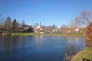 V Mikulčicích postaví nový vrt na pitnou vodu, hlubinná voda  je nesrovnatelně lepší, říkají. Vrty mají i v Hrušovanech nad Jevišovkou na Znojemsku nebo v Drnovicích na Blanensku.