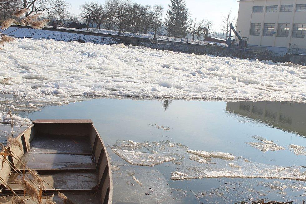 Řeka Morava u Hodonína v pondělí krátce po čtrnácté hodině.