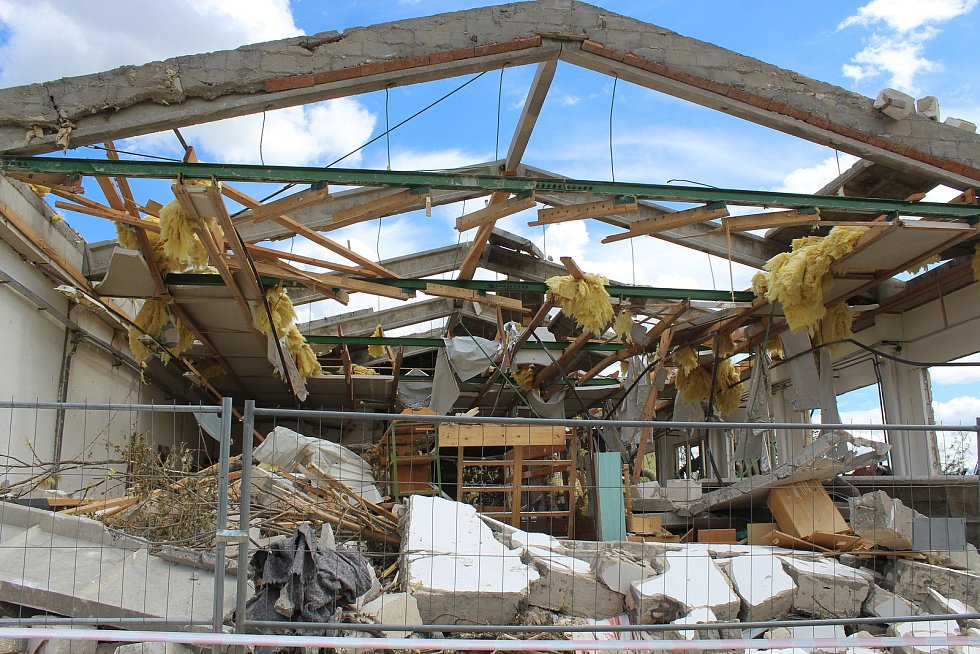 Tornádem poničené dílny Integrované střední školy v Hodoníně. Čeká je demolice.