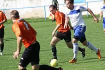 Fotbalistům Blatnice pomohl rychlý gól Patrika Janíka. Dobře hrál i hostující záložník Roman Sládeček (v bílém)