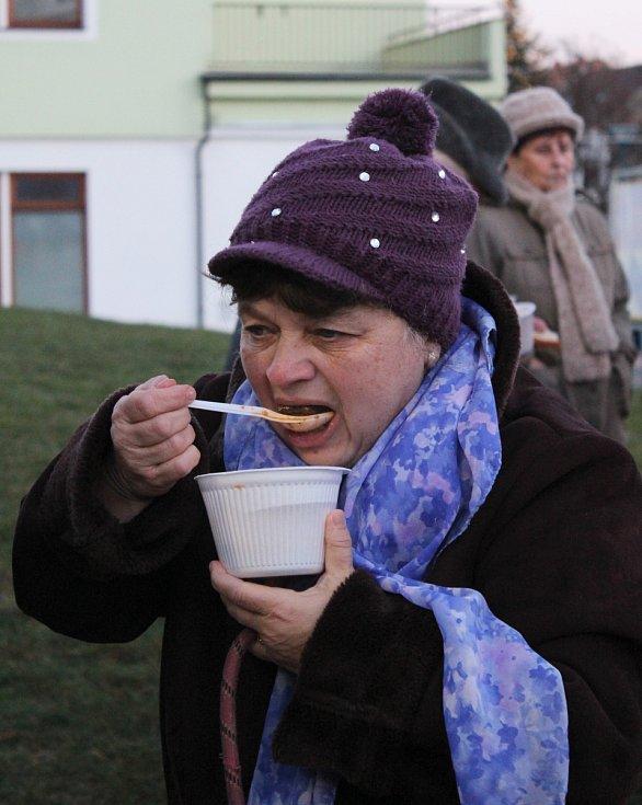 Tradiční Guláš party na kyjovském náměstí. Organizátoři navařili šest set porcí hovězího a dvě stě padesát jeleního guláše.