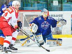 Hodonínští hokejisté prohráli na ledě Poruby 1:7. Mladý gólman Drtičů Ondřej Haloda (na snímku) skončil po třetím gólu na střídačce.