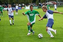 Záložník Bzence Pavel Tichý (v zeleném) atakuje v derby vracovského středopolaře Janouška.D