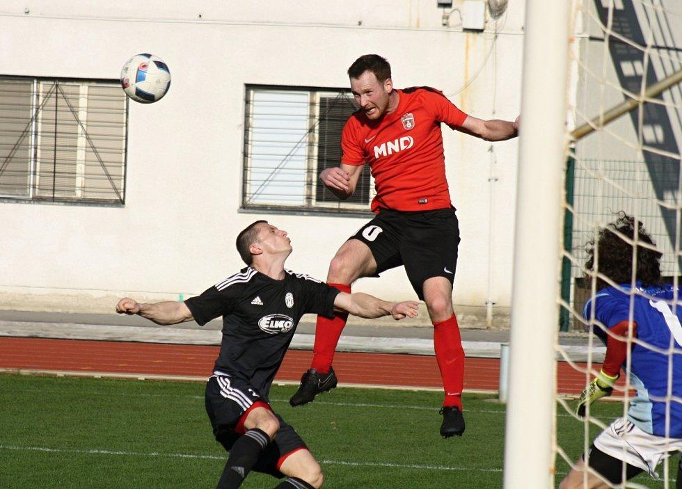 Fotbalisté Hodonína (v červených dresech) porazili v 19. kole poslední Holešov 2:0 a dál vévodí divizi D.