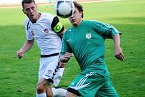Útočník RSM Hodonín Lukáš Grdina (v zeleném) sleduje míč společně s kapitánem Vrchoviny Lukášem Smetanou. Slovácký celek porazil tým z Nového Města na Moravě po velmi dobrém výkonu 3:1.