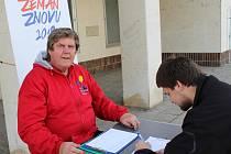 Předvolební kampaň spojená s podpisovou akcí na podporu kandidatury Miloše Zemana zavítala i do centra Hodonína.