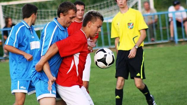 Záložník Svatobořic Tomáš Synek (v červeném) pomohl Spartaku k postupu velmi odbrým výkonem. Nováček první B třídy se v neděli utká s Miloticemi.