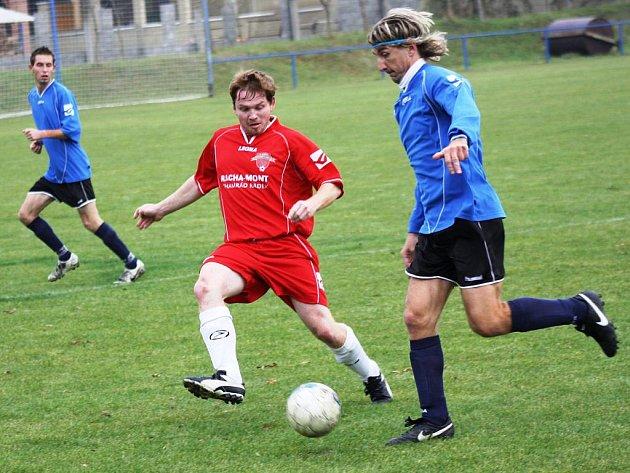 Zkušený záložník Roman Grabec (v modrém) začal proti Hroznové Lhotě ve stoperské dvojici. V derby se však podíval i dopoředu, dramatické střetnutí skončilo remízou 2:2.