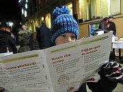 Česko zpívá koledy se v Dubňanech zúčastnilo asi 80 lidí. Příjemnou atmosféru navodil nejen krásný adventní podvečer za zvuku nádherných koled, ale i setkání přátel. Foto: Jana Svorová