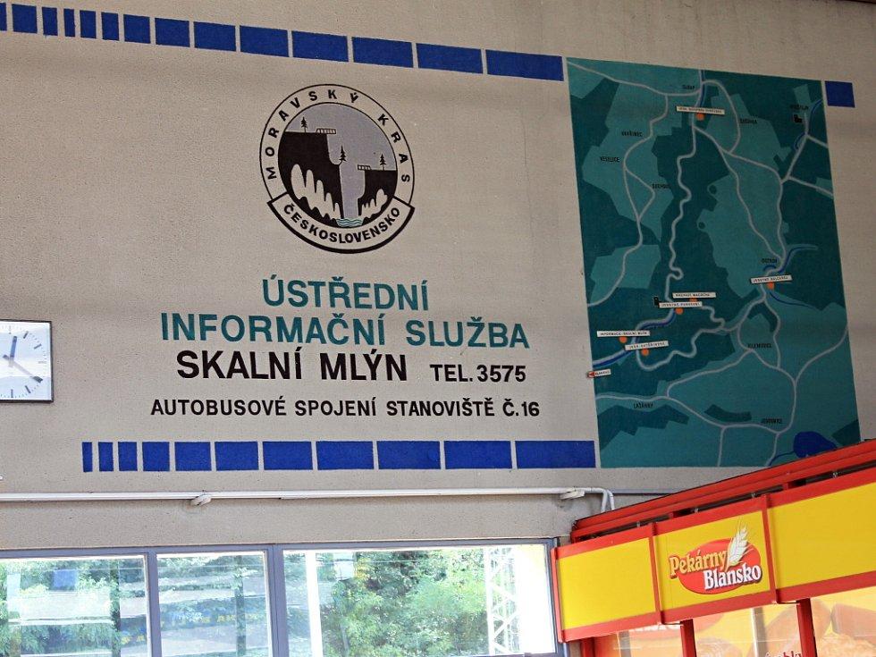 Neaktuální upoutávka na Moravský kras v nádražní hale v Blansku je z roku 1975.